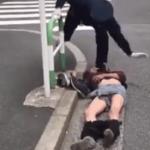 警察官が泥酔した男性を保護する動画…これは保護というより暴行だった…