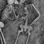 生き埋めにされたカップルが2800年後に発見…まさに永遠の愛だった…