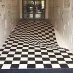 イングランドにある絶対に走れないタイルの廊下…仕組みが面白いと話題に…