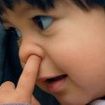 子供が鼻くそを食べる理由…実は身体にさまざまな悪影響を及ぼすものだった…