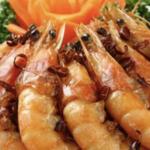手を汚さずにエビの殻を上品に剥く方法…これは真似したくなる?
