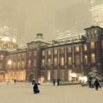 大雪舞う東京駅で目撃された美しさと日本人らしさを兼ね備えた光景が話題に…