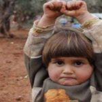 シリア内戦で撮影された1枚の写真…この少女のポーズの意味を知ると涙が止まらない…